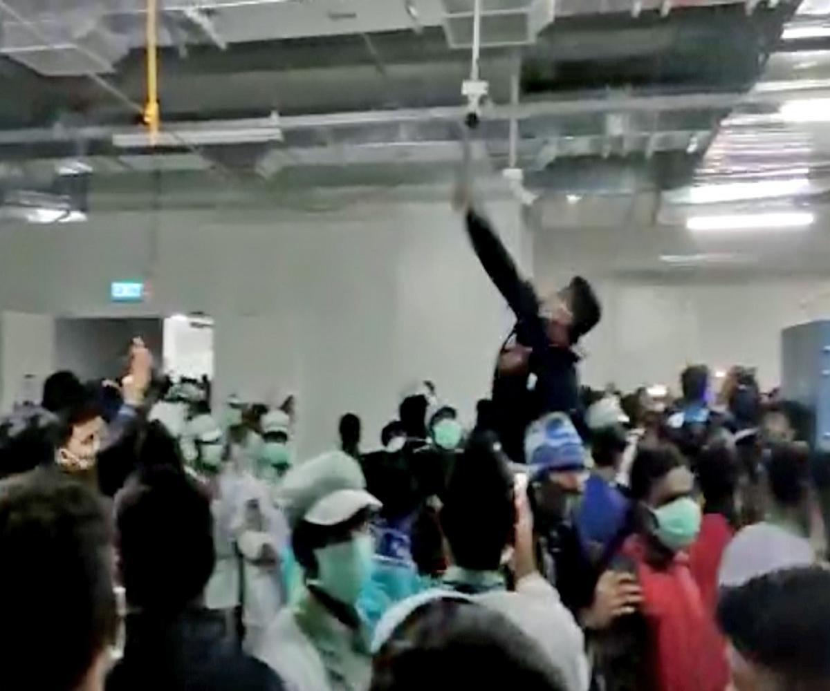 印度iPhone工厂暴乱!工人打砸抢,摧毁制造设备,甚至放火 原创兵器2020-12-13 08:53:38 13日印度时报报道,周六印度的iPhone制造厂发生员工暴乱事件!  部分员工对厂房设施进