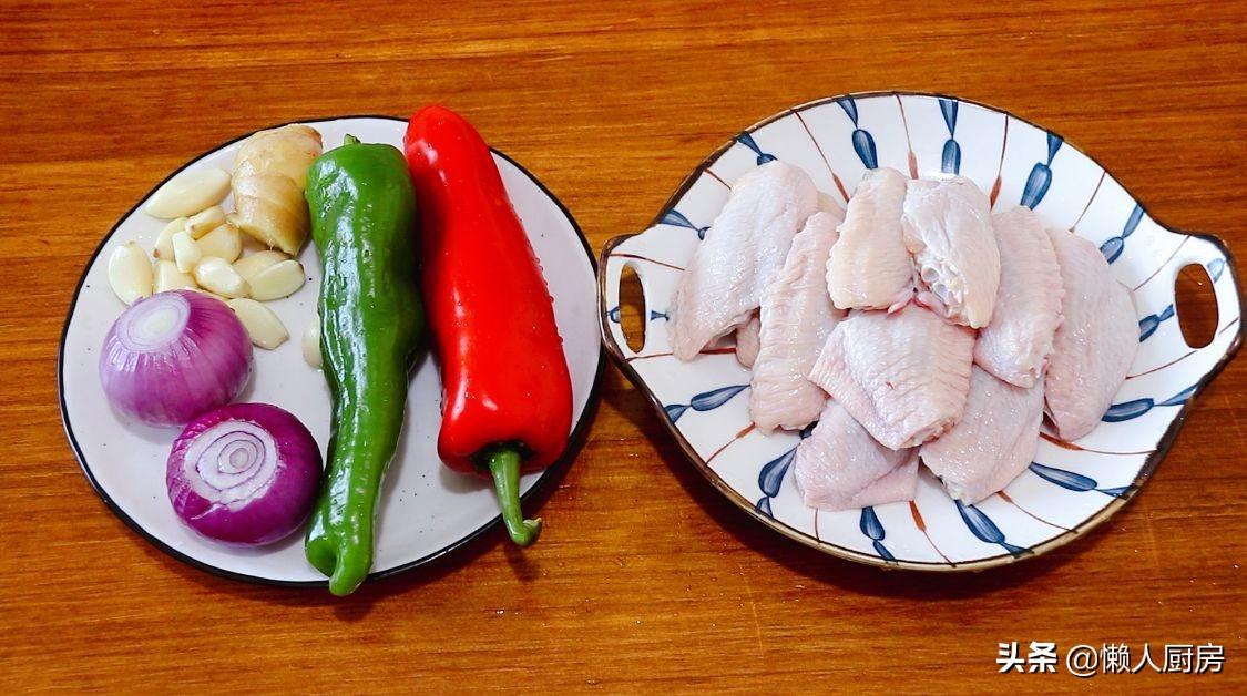 鸡翅不用加水,放入砂锅焗,淋上一点白酒去腥增香