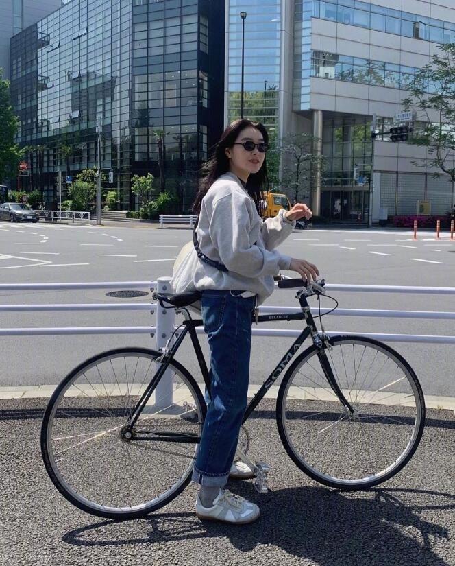 日本女生柴田舒适自在的穿搭和元气笑容 从头到脚有着清新的视觉