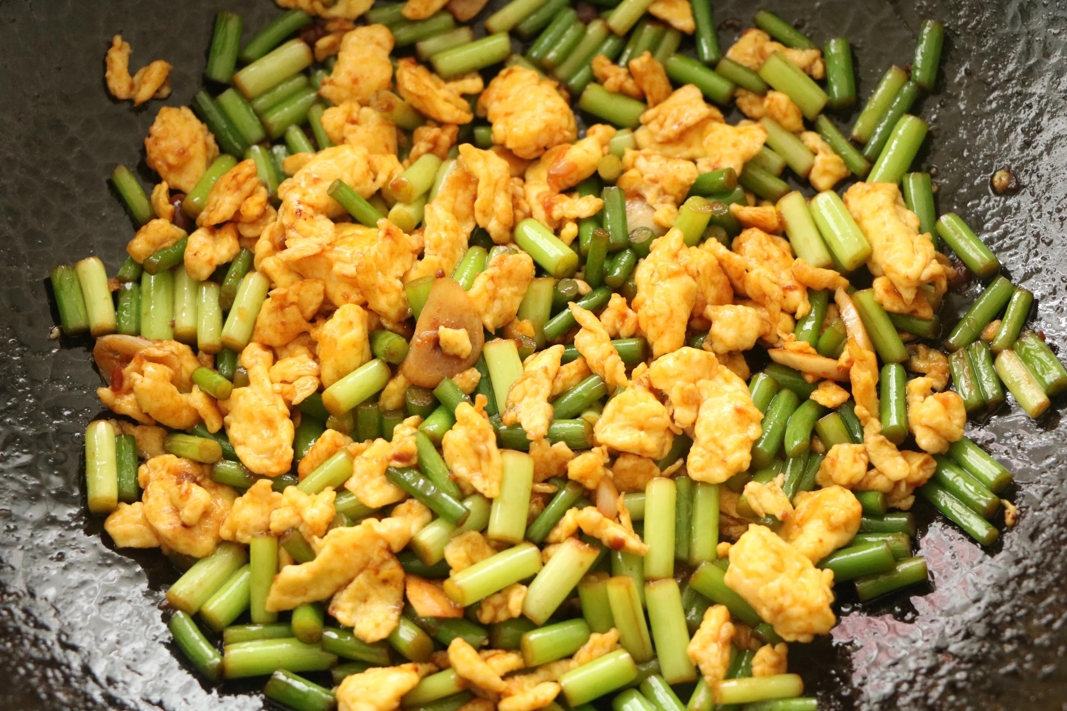 鸡蛋和蒜薹的新吃法,酱香美味,鲜嫩好吃,特下饭!一定要试试 美食做法 第11张