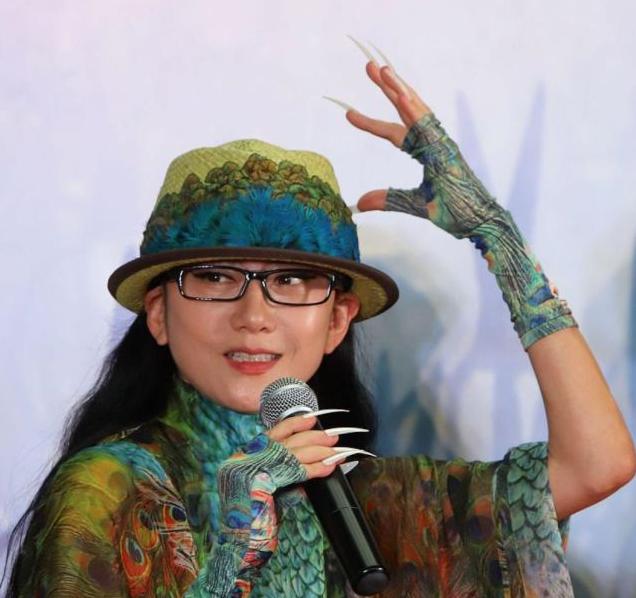 62岁杨丽萍罕亮相,曾为护体绝食绝育20年,今孑然一身惹人怜