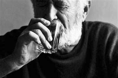 """酒精是""""血管扩张药"""",喝酒暖身对身体到底是好是坏?3类人注意"""