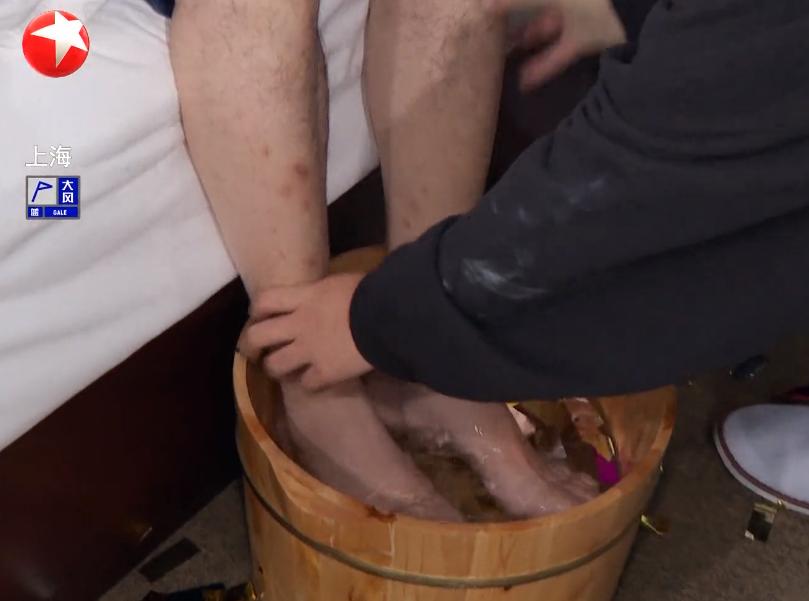 贾乃亮用雷佳音的洗脚水泼王迅?这已经不是搞笑,而是侮辱