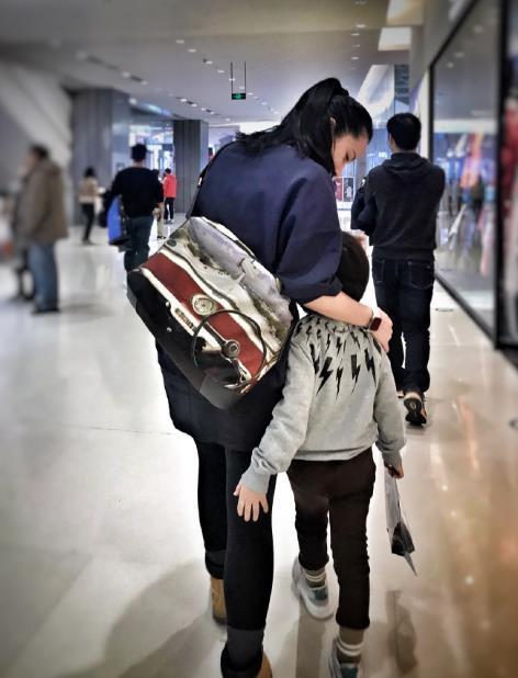 靳东老婆换新发型街头自拍,瘦一大圈被赞年轻二十岁,嫩如学生