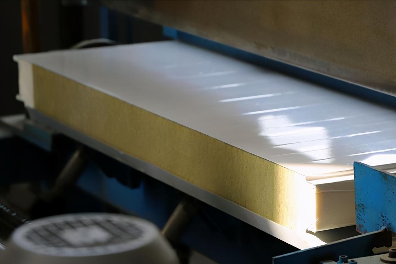 聚氨酯封边岩棉夹芯板与普通岩棉夹芯板性能对比