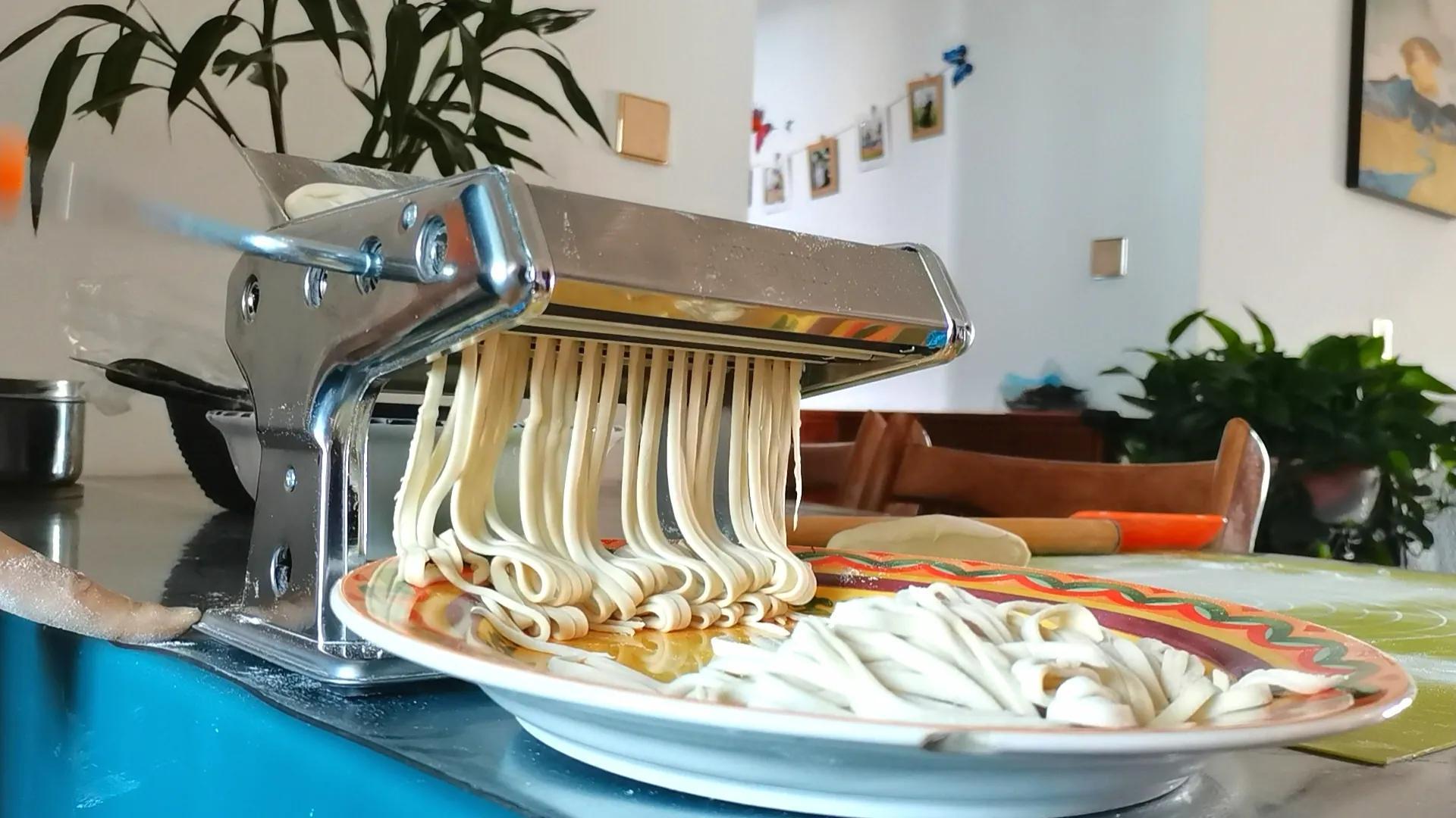 夏天来碗蒜薹炸酱面,做梦都馋它,好吃到舔盘子,制作简单又营养 美食做法 第9张
