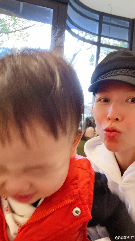 蔡少芬帶兒子逛街喝咖啡,1歲魚蛋和媽媽搶鏡頭,娘娘仨娃太幸福