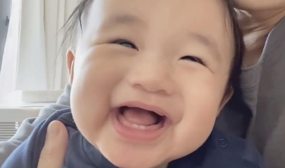 古巨基元旦晒儿子视频,Kuson笑容治愈,神情呆萌像爸爸