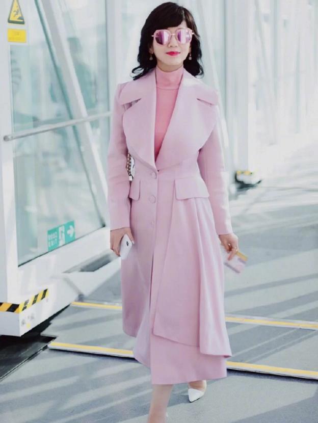 60岁的女人,穿衣别太沉闷了,学学赵雅芝,多穿这几种颜色很美