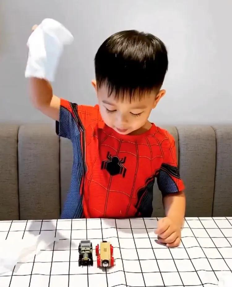 胡杏兒大兒子表演變魔術,奕霆台詞動作到位,頗有魔術師範兒