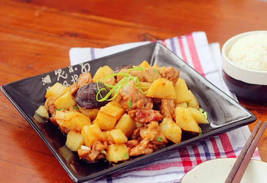 香菇土豆炖鸡块的做法 美食做法 第1张