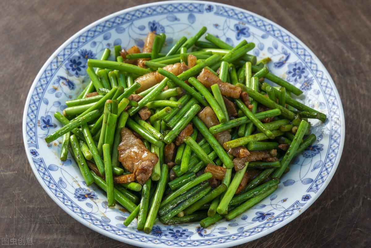 炒蒜苔时,有人焯水有人直接炒,都不对,教你一招,蒜苔又脆又绿 美食做法 第7张
