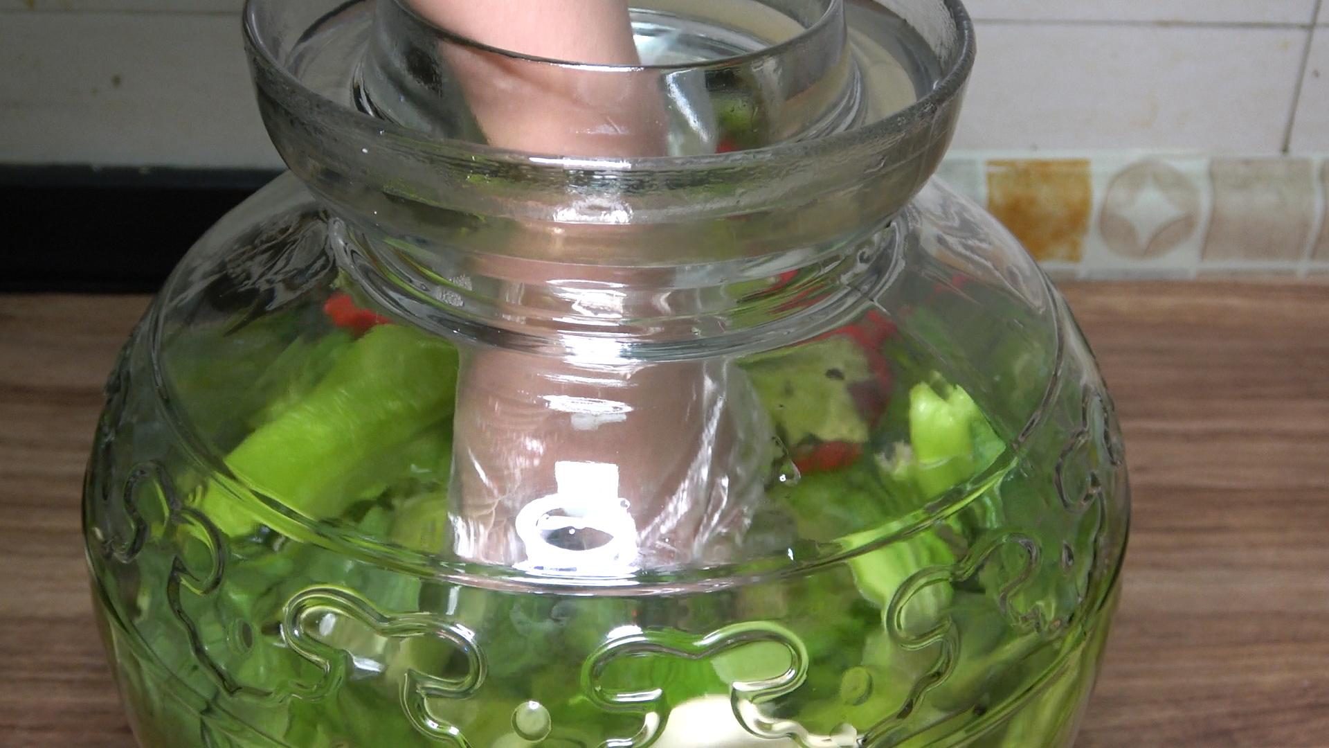 泡酸菜别只加盐,30年老方法告诉你,又酸又脆,放一年不会坏