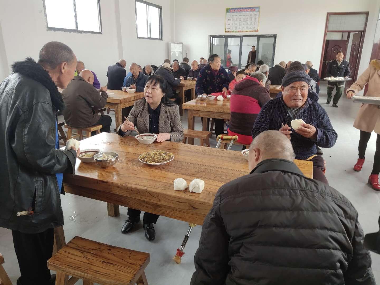 唐河县桐河乡:人大代表敬老院餐叙话脱贫