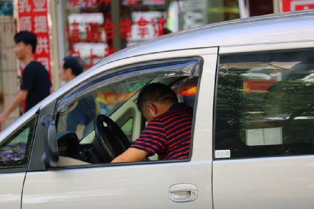 货拉拉司机太难了:贴了广告交警罚,不贴广告公司罚