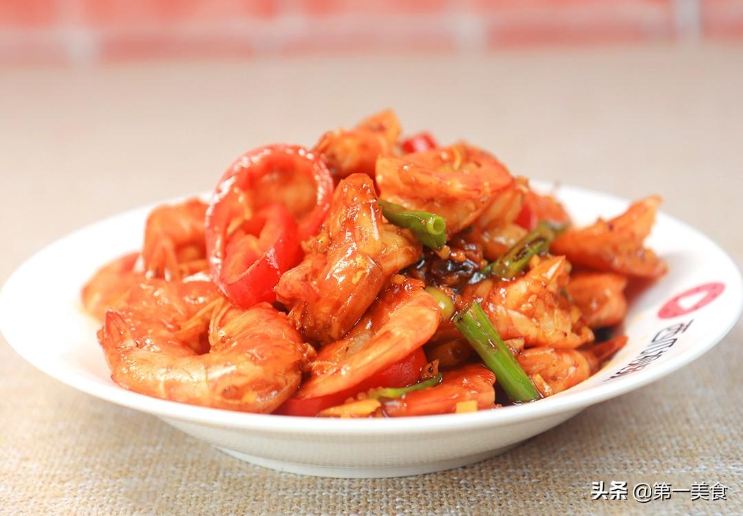 油焖大虾最简单的做法 不油炸照样好吃 肉质鲜嫩可口 皮酥入味