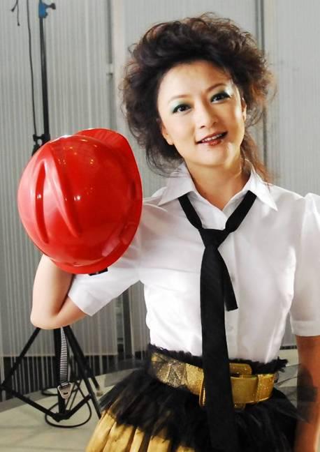 东方卫视名嘴袁鸣近况,她的全家福首曝光,十岁的儿子十分可爱
