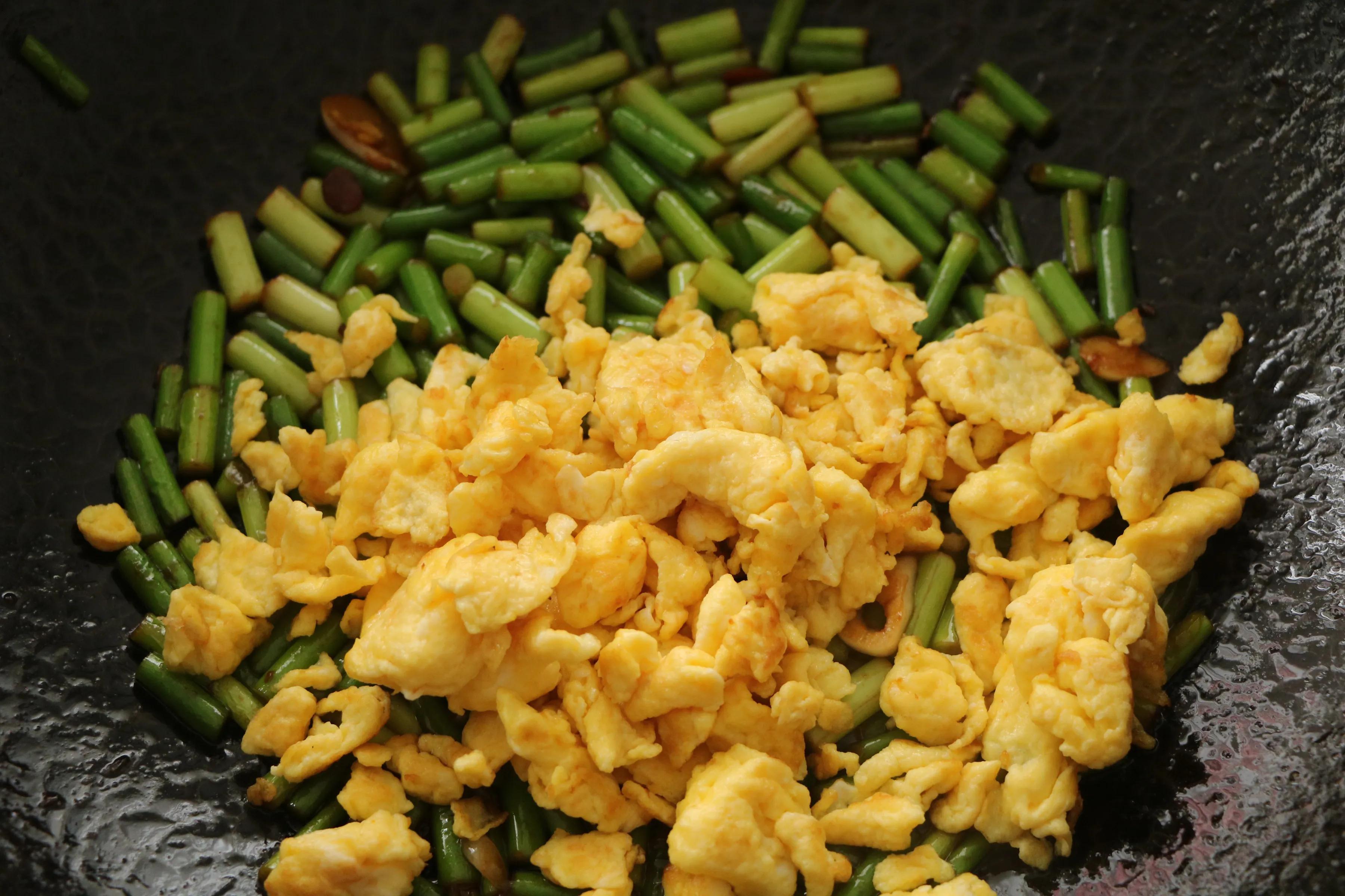 雞蛋和蒜薹的新吃法,醬香美味,鮮嫩好吃,特下飯! 一定要試試