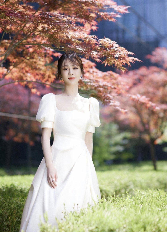 杨紫才是名副其实的小仙女,墨绿色外套配牛杂短裤,28岁秒变18岁