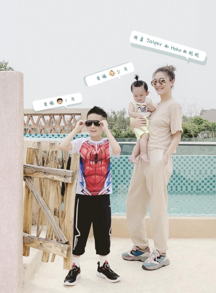 應采兒定居上海送兒子上國際學校,接Jasper放學時表演跳舞很賣力