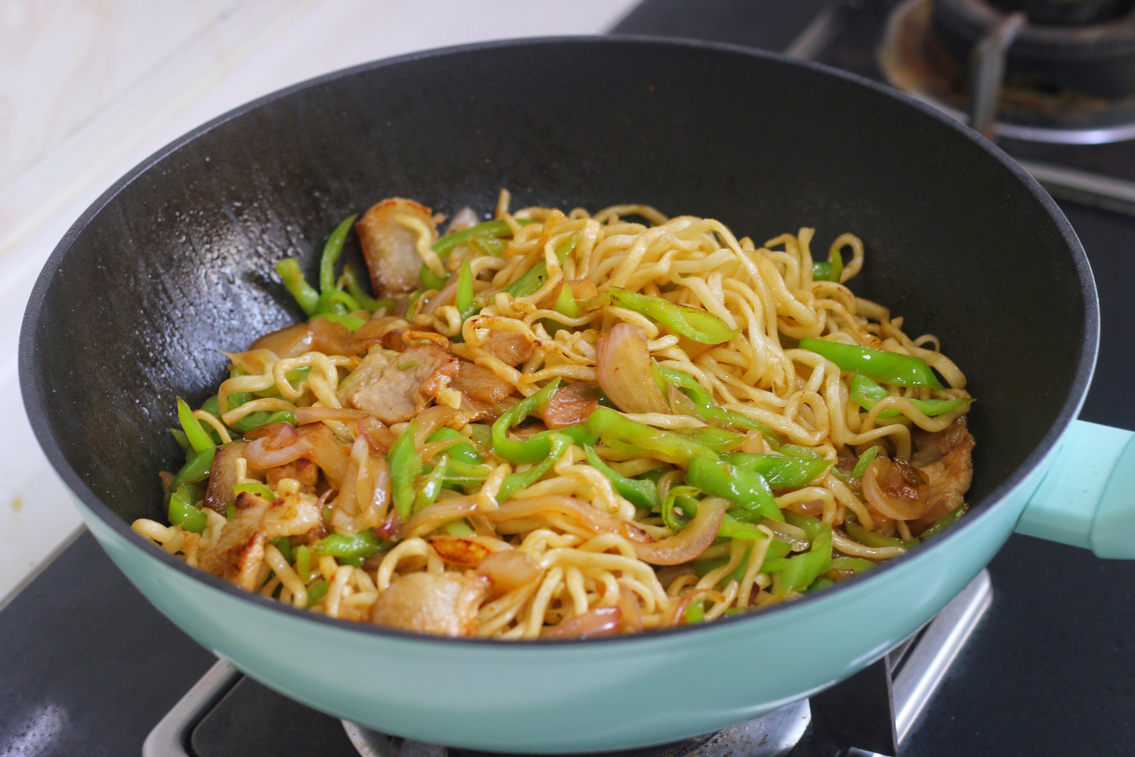 炒麵時,麵條先蒸再炒,根根分明,好吃入味,味道不比飯店差