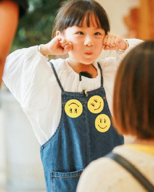 小山竹长大了,小时候的娃娃脸变成瓜子脸,美得让人认不出来了