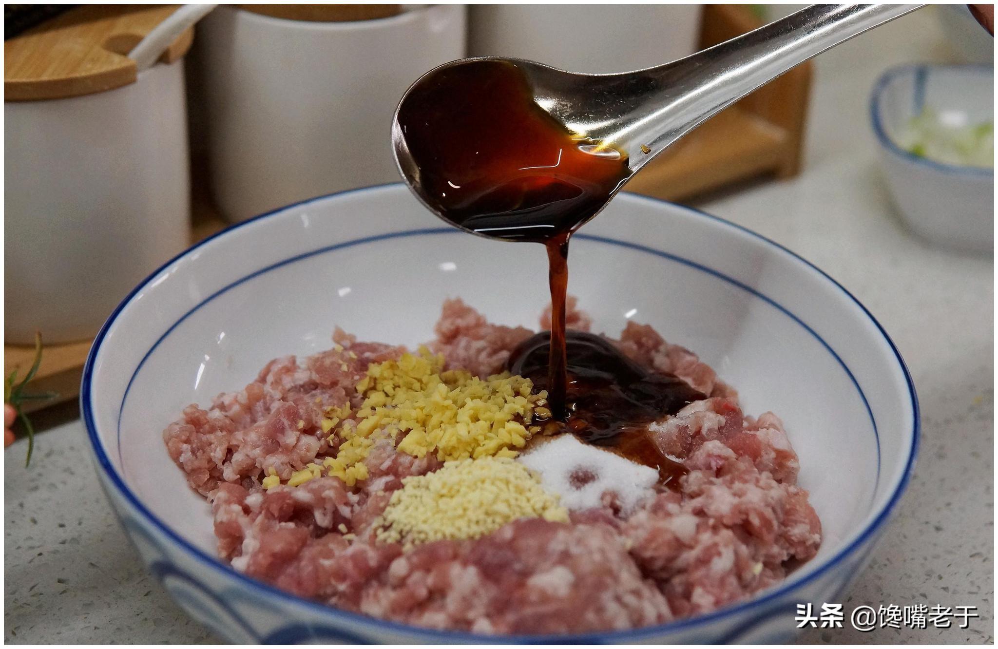 拌饺子馅时,先放油还是盐?一步错步步错,难怪饺子不鲜又难吃