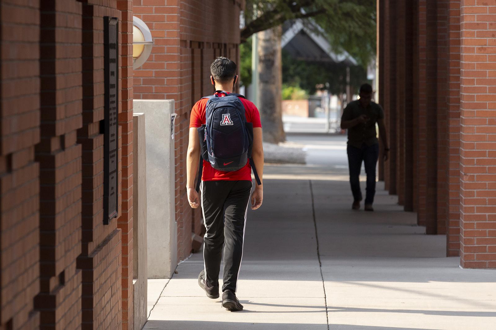 美国大学疫情太惨:25000学生老师染病!特朗普却要强行重开