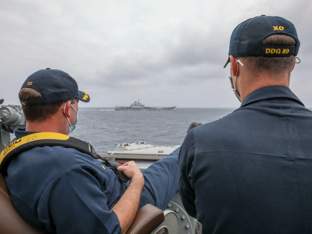 美军发布辽宁舰队近照,两军官自信摆拍,却被巴西人扯下遮羞布