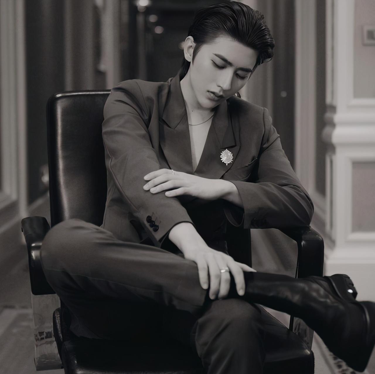 压轴出场、第一主桌C位!蔡徐坤的时尚圈咖位,到底有多高?