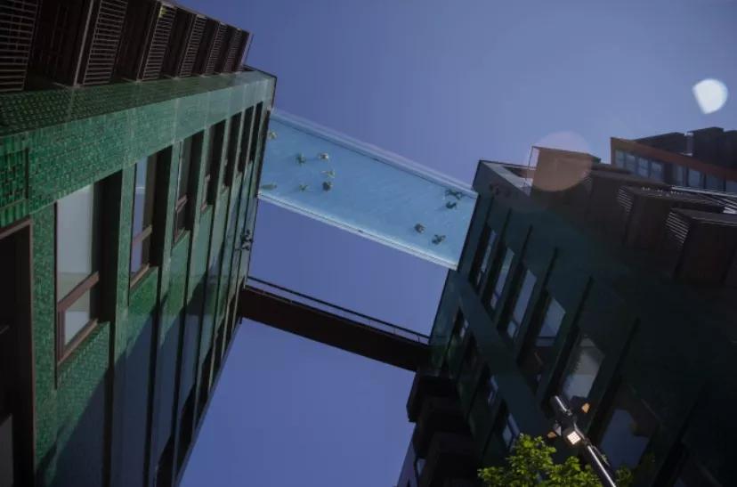 伦敦出现了一个高空全透明泳池,网友们:腿软!不稀罕