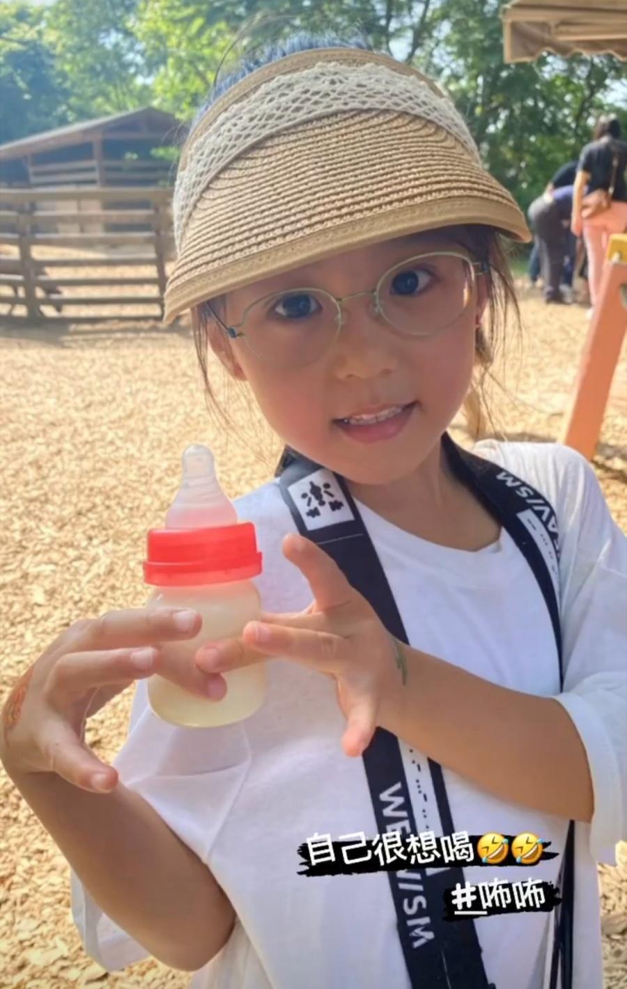 賈靜雯帶三個女兒外出遊玩,咘咘和波妞掛梧桐妹身上,畫面超有愛