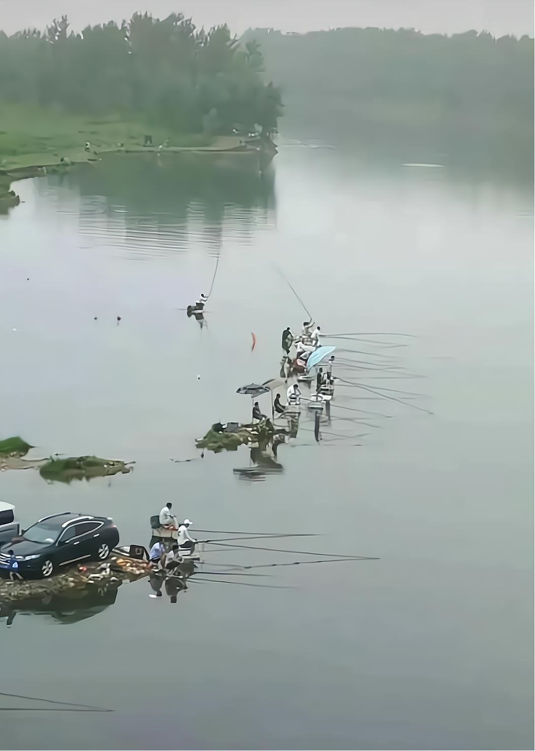 重庆,多名钓友和车一起被困河中孤岛,却淡定垂钓,怎么下去的?