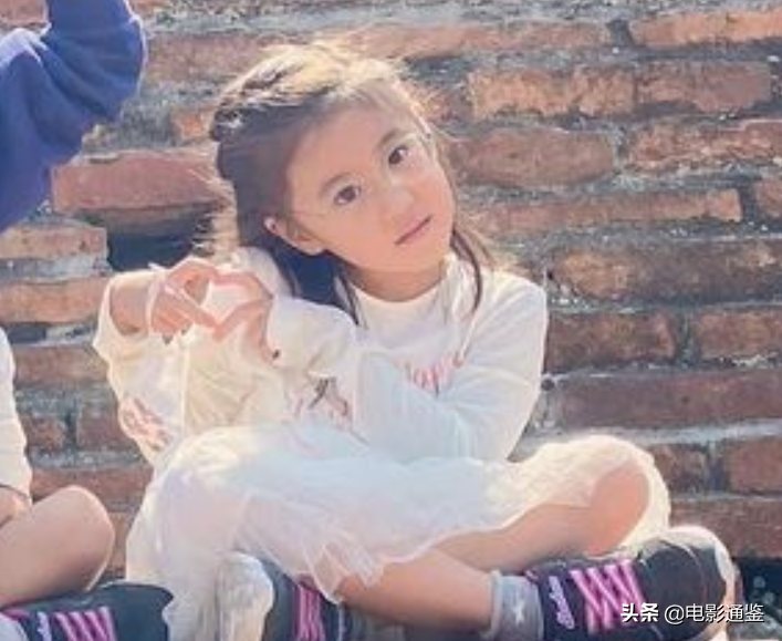 賈靜雯女兒戶外合影,5歲姐姐越長越清秀,見到3歲波妞心動了