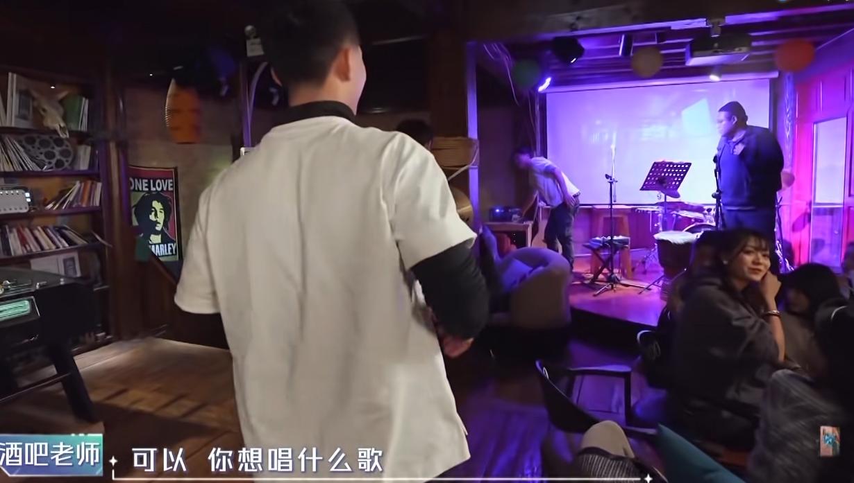 吴奇隆酒吧再唱《爱》,30年前舞蹈依然记得,副歌部分隆哥哽咽了