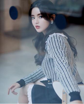杨超越静态图片太美了,蕾丝花边短裙配白色长袜,浓浓的日系风味