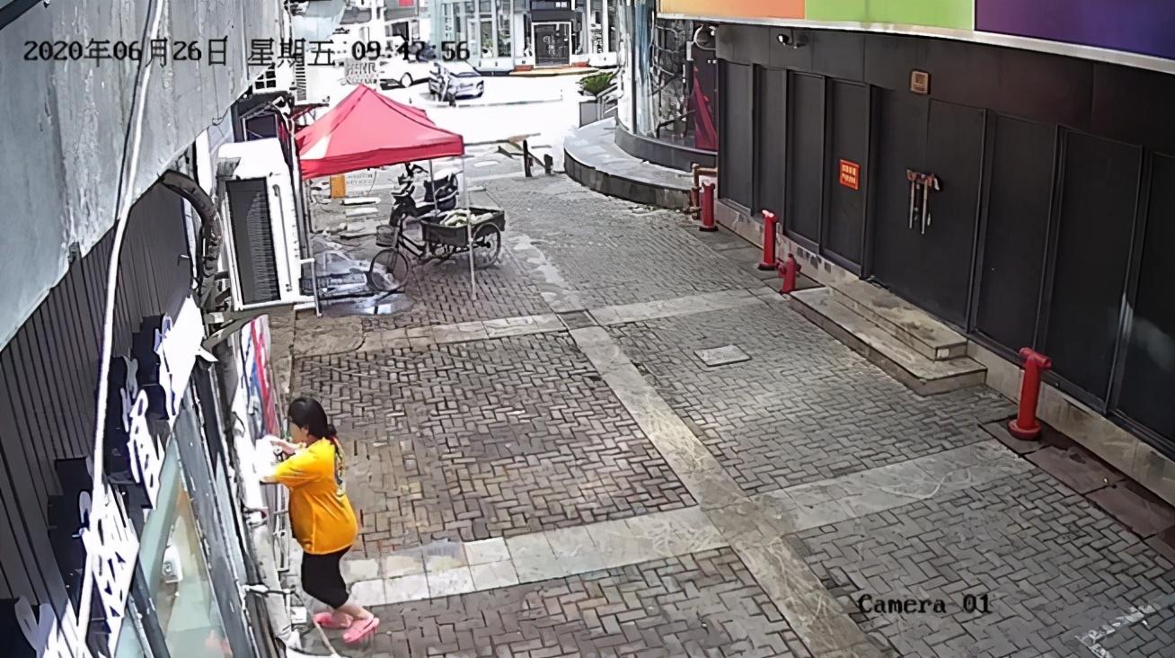 上海24岁女子厕所产女,10分钟后亲手掐死并抛尸:不知道孩子他爹是谁