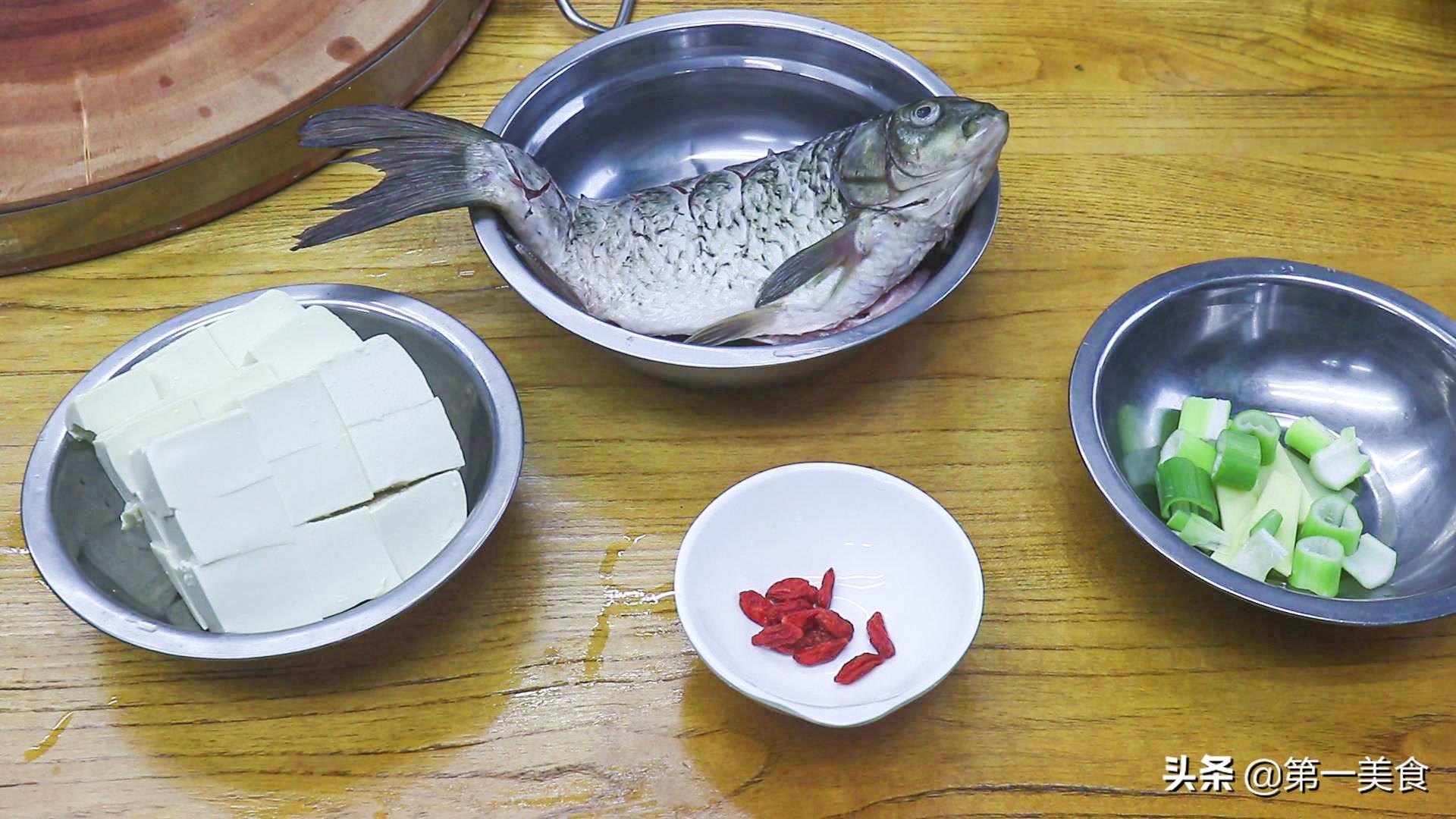 鲫鱼炖豆腐如何做汤白味鲜?学会2个小技巧,汤鲜不腥不破皮 美食做法 第3张