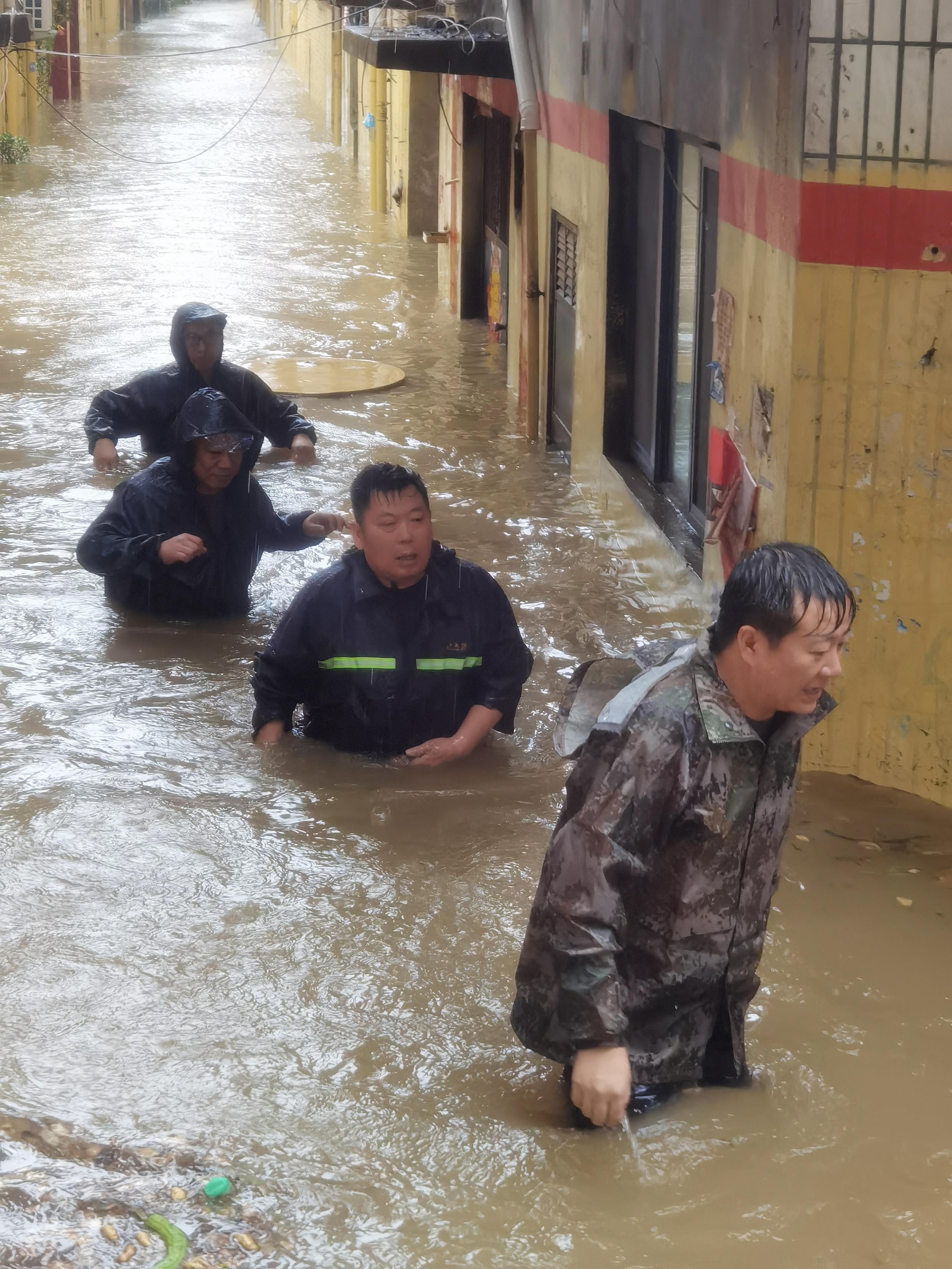 """荥阳市索河街道:""""汛""""雷之速排险情 甘冒风雨为群众"""