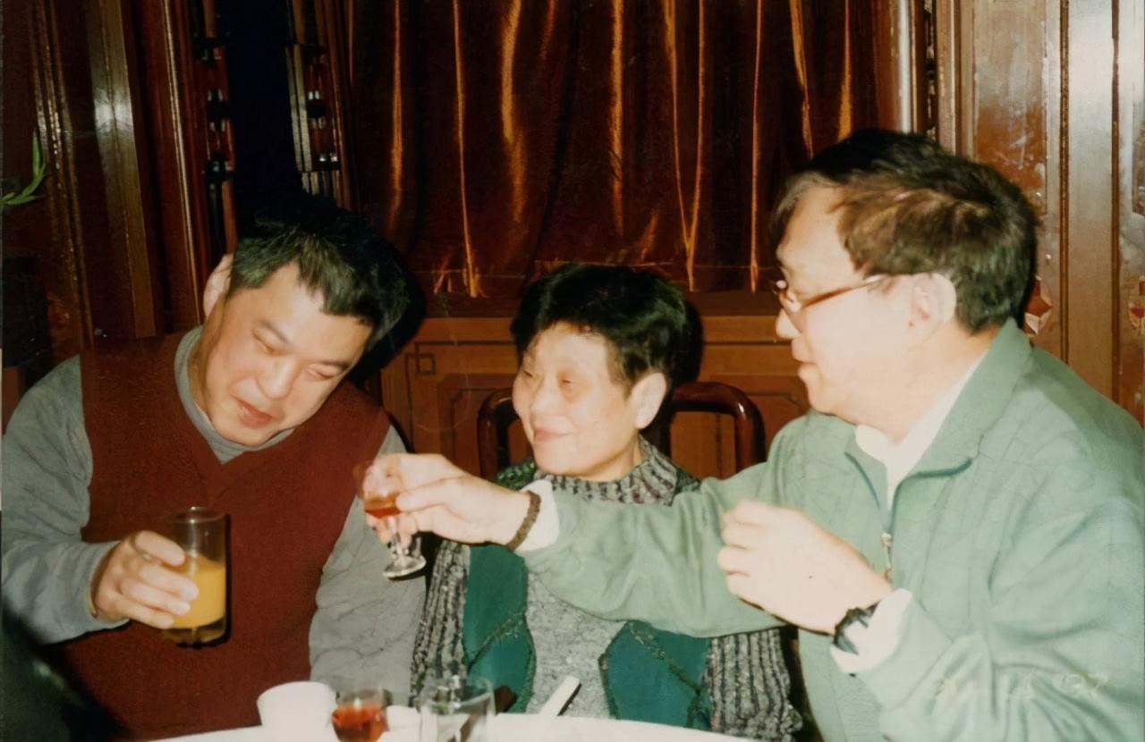 捧红姜文陈冲潘虹的名导谢晋,85岁去世后遭恶意诽谤,牵连刘晓庆