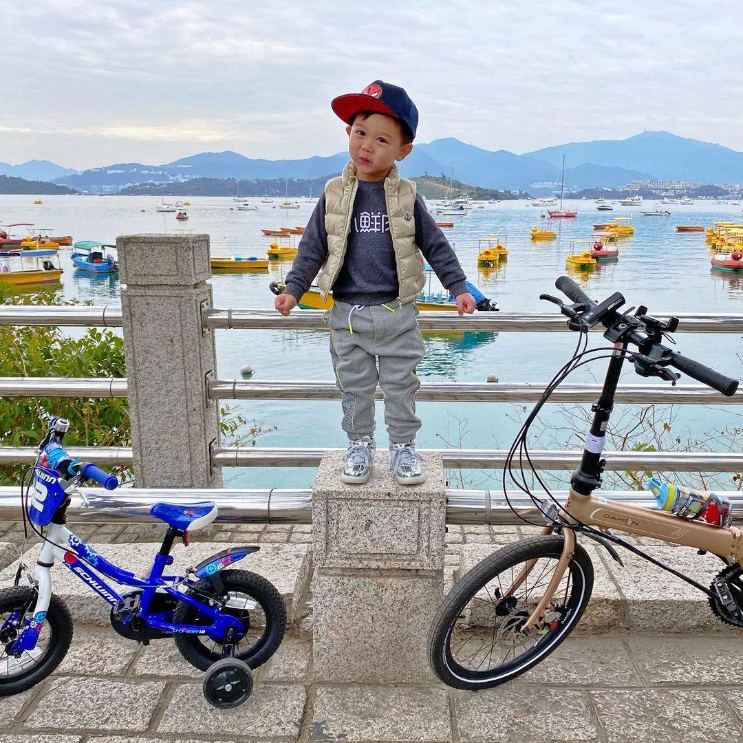 胡杏兒老公和大兒子出遊,父子並排騎車超帥,透露不帶弟弟的原因