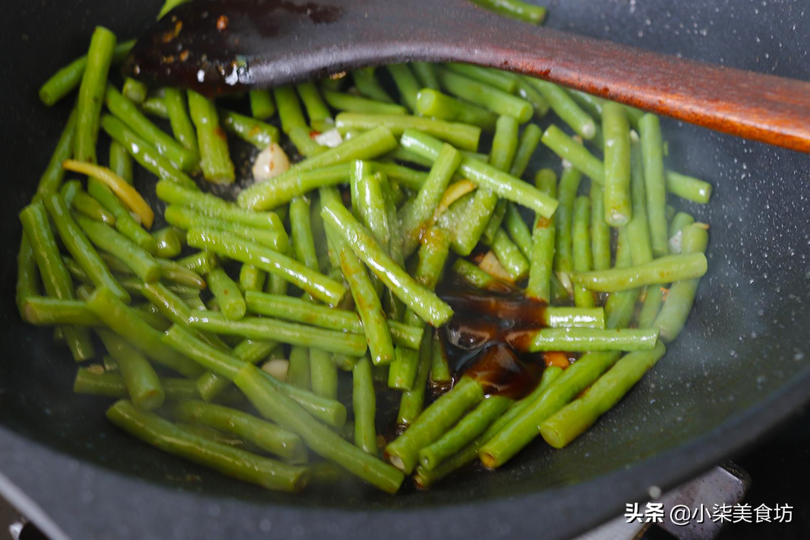 炒豆角时,切记不要直接下锅炒,多加2步,鲜嫩入味,营养又下饭 美食做法 第11张