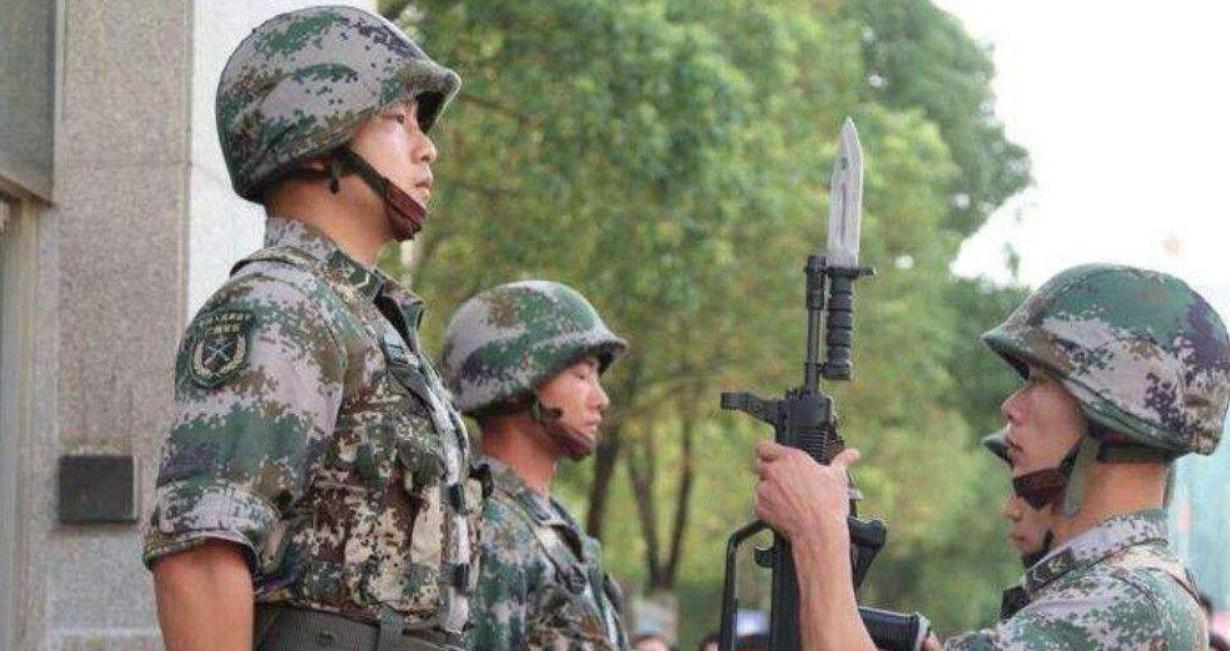 中国士兵站岗时,为什么两人只有一把枪?20多年前血的教训