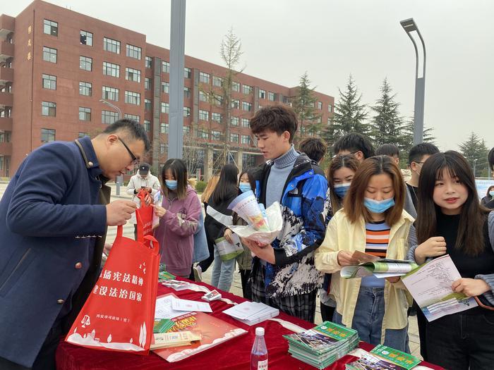 西安市法律援助中心开展秦岭生态环境保护法治宣传活动