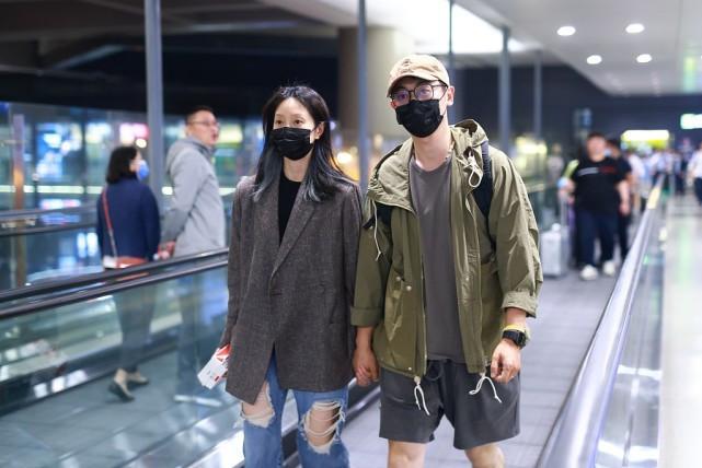 朱亚文携娇妻520出行,穿夹克搭一条短裤,打扮成潮男了