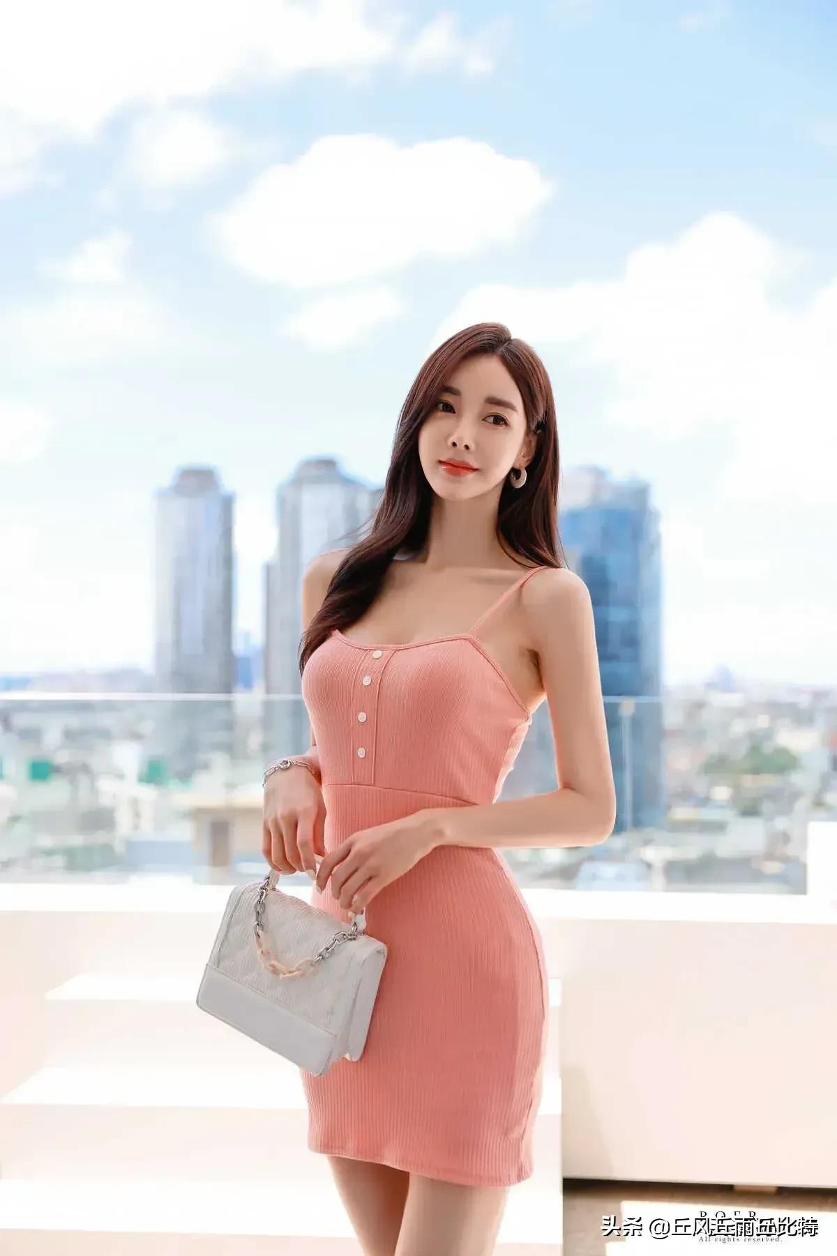 韩国女神,粉红色吊带连衣裙穿搭,粉嫩甜美