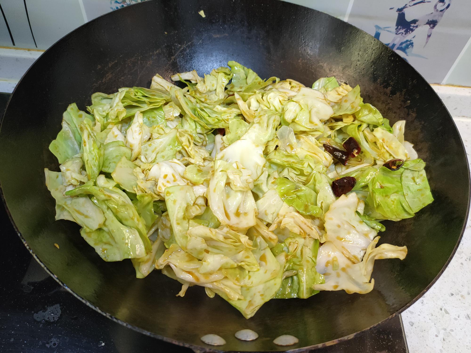做手撕包菜,切记别直接下锅炒,多加一个步骤,脆爽入味不出水