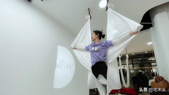 黄奕晒练习空中瑜伽的照片,大显柔韧性,完全不像是43岁