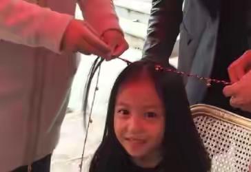赵微女儿11岁了,小四月大眼睛,高鼻梁,有赵薇年轻时的样子了!