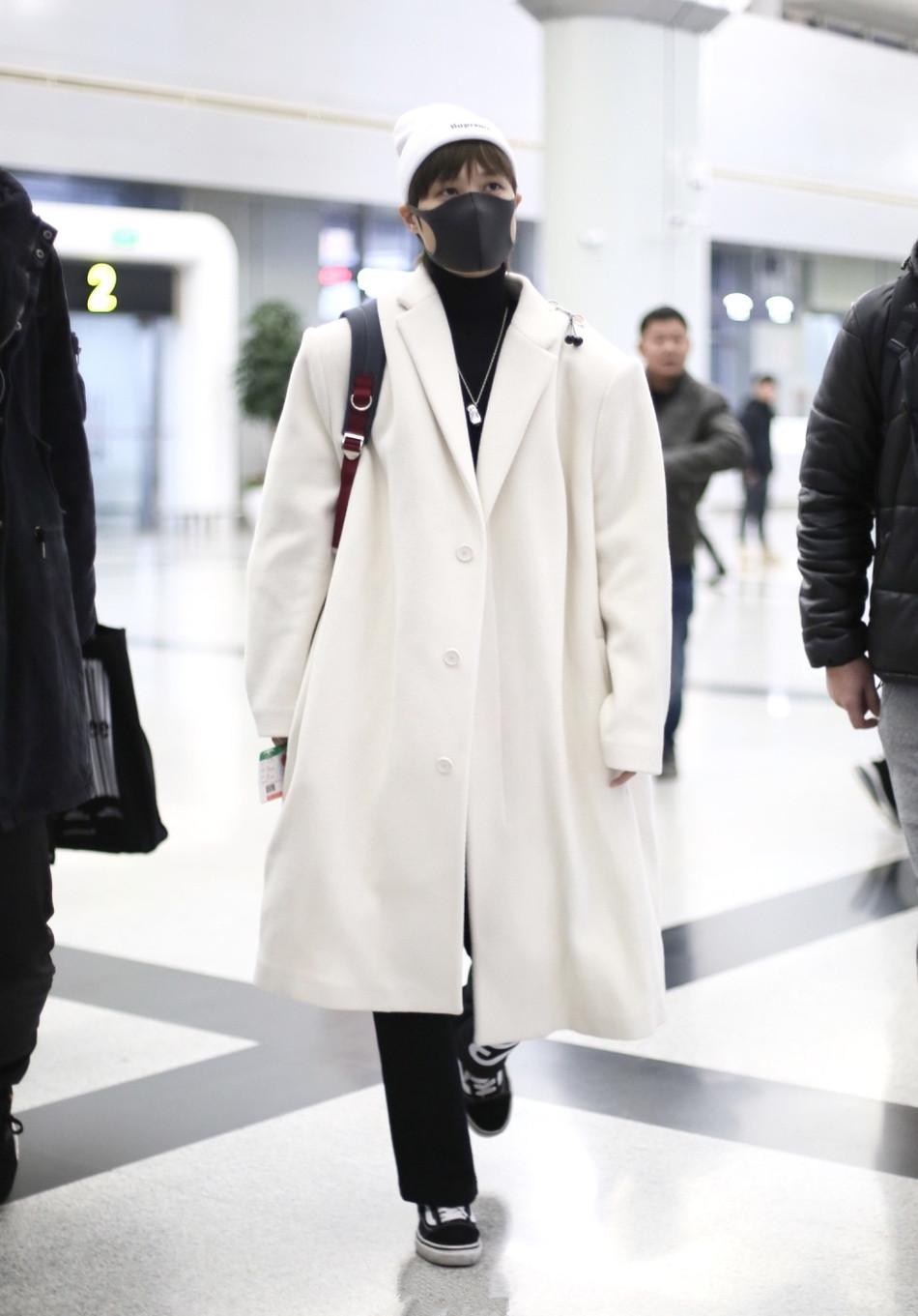 """李宇春新造型真抢镜,穿白色风衣气场十足,""""禁欲""""眼神太撩人"""